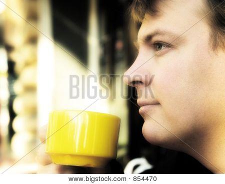 Beber café fuera joven