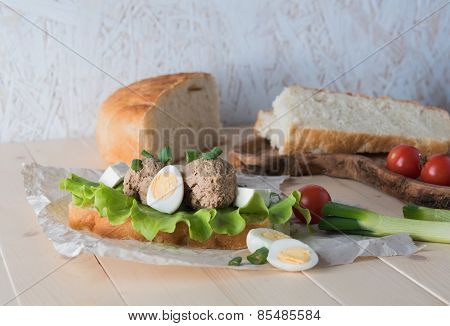 Sandwich with paste from chicken liver and vegetables