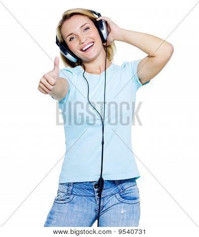Frau mit Kopfhörern, die Daumen nach oben zeigen