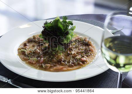 Salmon carpaccio and white wine