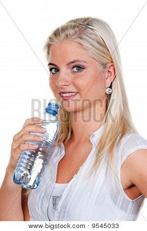 Frau ist durstig und trinken Mineralwasser aus Pet-Flaschen