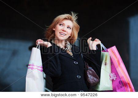 junge Frau mit Einkaufstaschen.