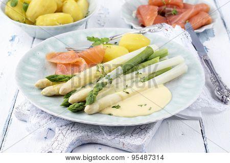 Asparagus with smoked salmon and potatoes