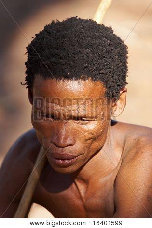NAMIBIA-6 de mayo: Retrato del bosquimano cazador 06 de mayo de 2007 en Namibia, el desierto de Kalahari. Los bosquimanos son una i
