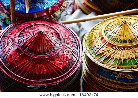 Chapéus de palha tradicionais asiáticas no mercado na Tailândia de flutuação