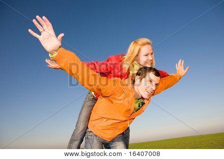Amor jovem casal sorrindo sob céu azul