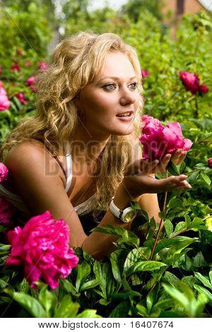 Krásná mladá žena v zahradě