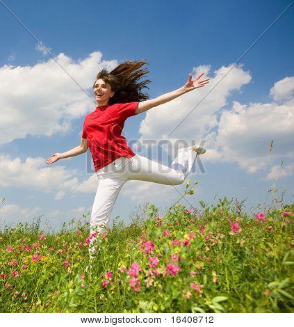 Jovem feliz pulando