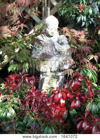 attraktive Statut umgeben von Laub