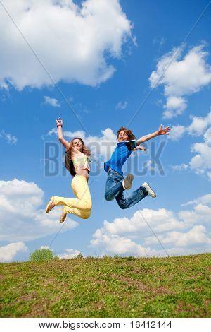 Mädchen und jungen springen. Soft-Fokus. Augen im Fokus