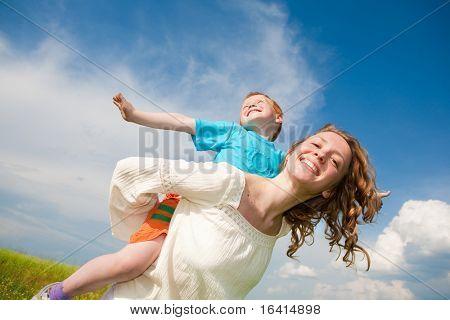 Madre e hijo que se divierten