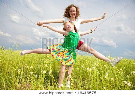 Mutter und Tochter-Spaß im Feld. Foces auf Augen.