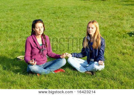 Zwei Mädchen, die Meditation