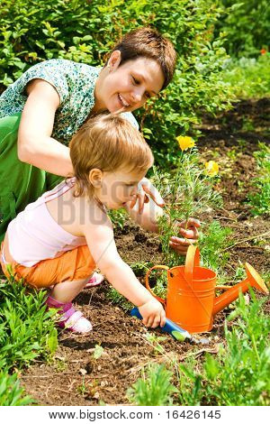 Kleine Gärtner helfende Mutter