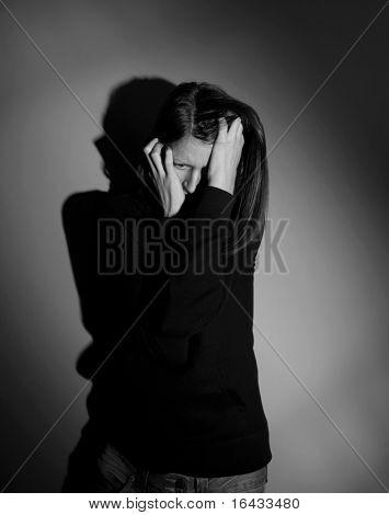 Junge Frau erschreckt/erschrocken, häusliche Gewalt ausgesetzt