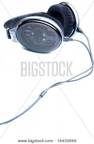 auriculares estéreo Hi-end sobre fondo blanco