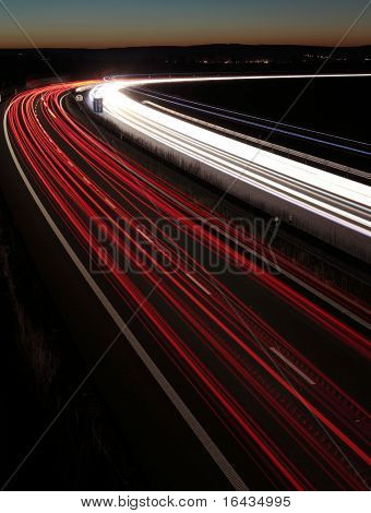 Nacht-Autobahn (Fahrzeuge in Eile, die man schnell einer Autobahn (Speedway) im Vereinigten Königreich bei den Einbruch der Dunkelheit