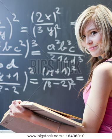 ziemlich jungen College-Studentin, die schreiben an die Tafel/Tafel während einer Math-Klasse