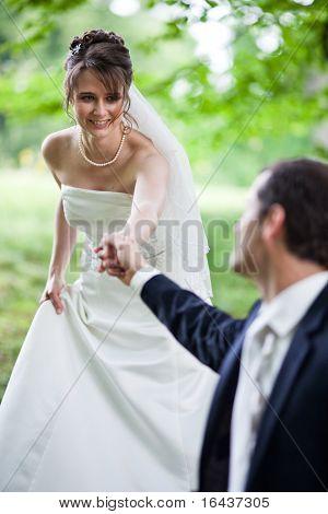 pareja joven - recién casado de novio y novia posando al aire libre en el día de su boda