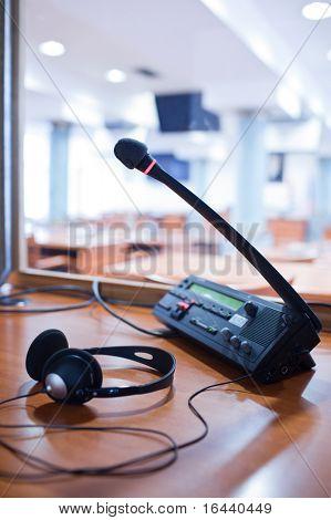 Dolmetschen - Mikrofon und Schalttafel in einen Simultandolmetscher-Stand (abgeschwächt Farbe)