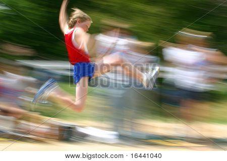 niño saltando en track meet