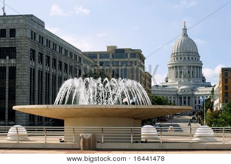Capitolio de Wisconsin en Madison, standing on rooftop de Monona Terrace