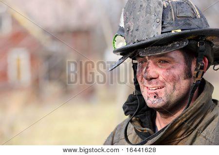 Bombero descansa tras luchar contra un incendio