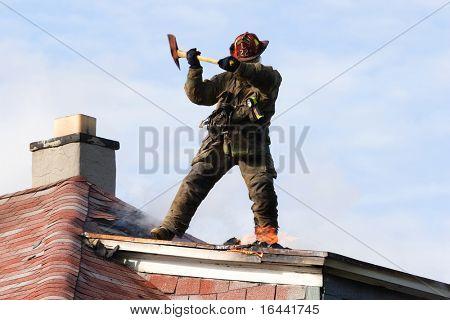 Bomberos combatiendo un incendio desde la azotea