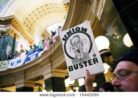 MADISON, WI - 21 de fevereiro: Milhares preencher o Capitólio protestando contra a proposta de Wisconsin Gov Scott Walker