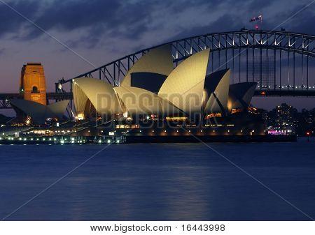 Sydney Harbour Bridge und Opernhaus bei Nacht
