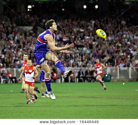 MELBOURNE - el 12 de septiembre: Will Minson lleva una marca de pecho en la AFL segunda semifinal - Western Toro