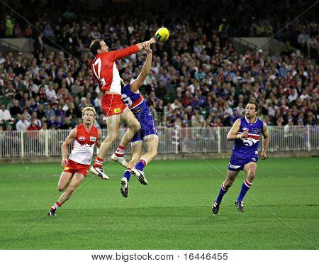 MELBOURNE - el 12 de septiembre: Tadhg Kennelly botín en la AFL segunda semifinal - Western Bulldogs vs S