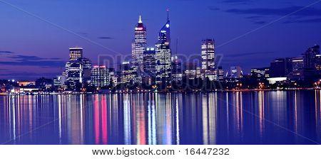 Horizonte de Perth desde río Swan por noche