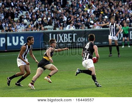 MELBOURNE - AUGUST 15: Collingwood's Alan Didak heads for goal  - Collingwood vs Richmond, August 15, 2009 in Melbourne