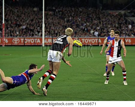 MELBOURNE - SEPT. 18: Nick Riewoldt (2nd from L) of St Kilda handballs to a teammate in their win over the Western Bulldogs - Preliminary Final, September 18, 2009 in Melbourne.