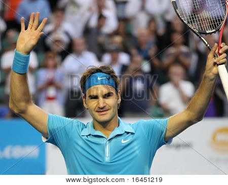 MELBOURNE - JANUARY 27: Roger Federer waves to the crowd after his win over Nikolay Davydenko during a quarter final match in the 2010 Australian Open on January 27, 2010 in Melbourne