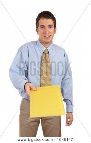 Kaufmann Übergabe einen Umschlag