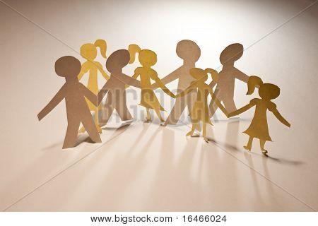 Niños y niñas de cadena de papel