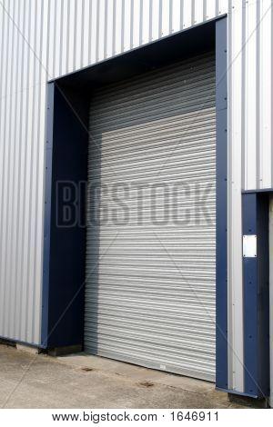 Uma porta de armazém fechado.