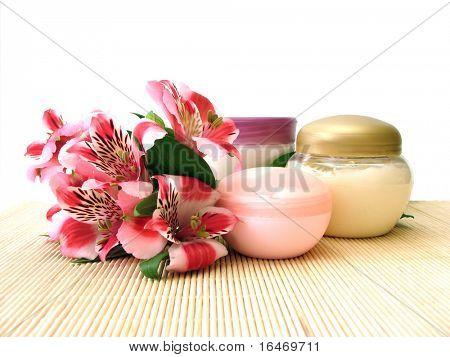 crema cosmética hidratante con flores
