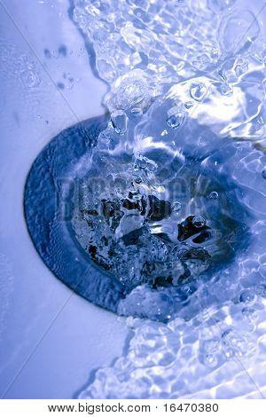 agua que corre por el desagüe