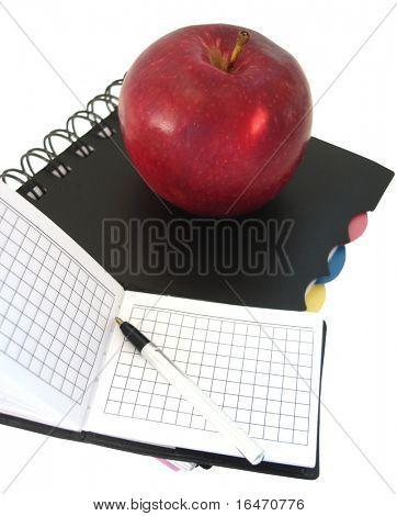 abrió el cuaderno con pluma y rojo manzana