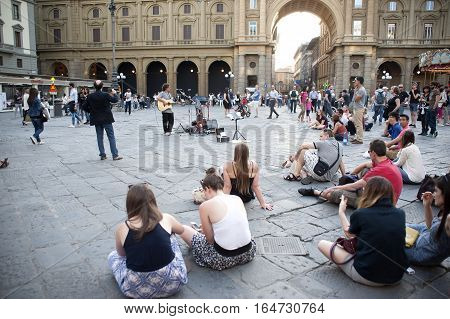 Florence Italy - may 17.2015: The guitarist's game on the square of Florence in the presence of numerous listeners.