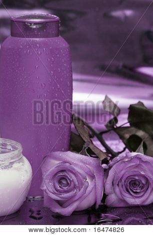 Flasche Shampoo und Rosen