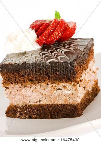 pedazo de pastel de chocolate con fresa