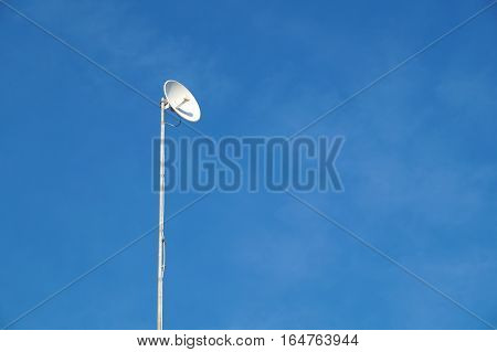 Uni-directional antenna for high-speed data on the mast