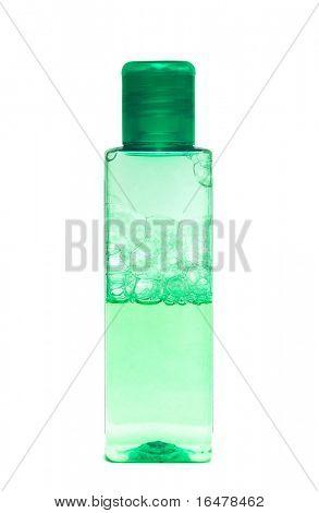 grüne Flasche mit Shampoo auf weißem Hintergrund