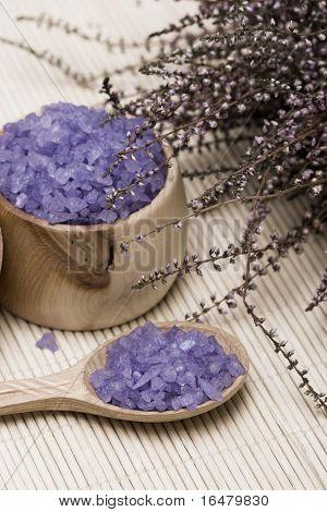 Essentials Spa (baño de sal en una cuchara y flores de lavanda)