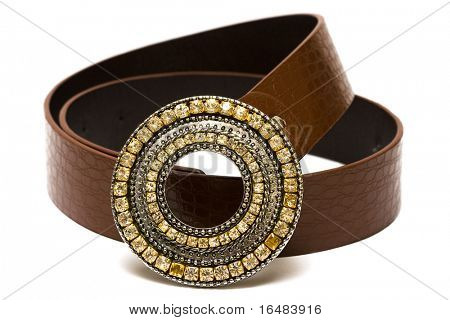 hermoso cinturón con diamantes sobre fondo blanco