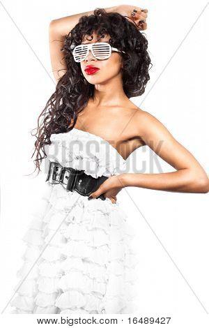 chica mulata en vestido blanco